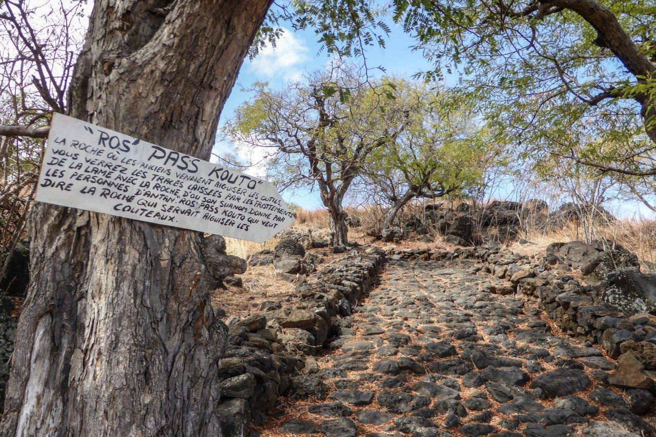 Le chemin pavé du Manery roche à aiguiser les couteaux.