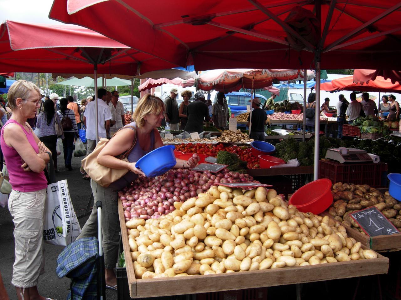 Marché de St Paul oignons, pommes de terre.