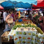 Marché de St Paul pêches, mangues, bananes.