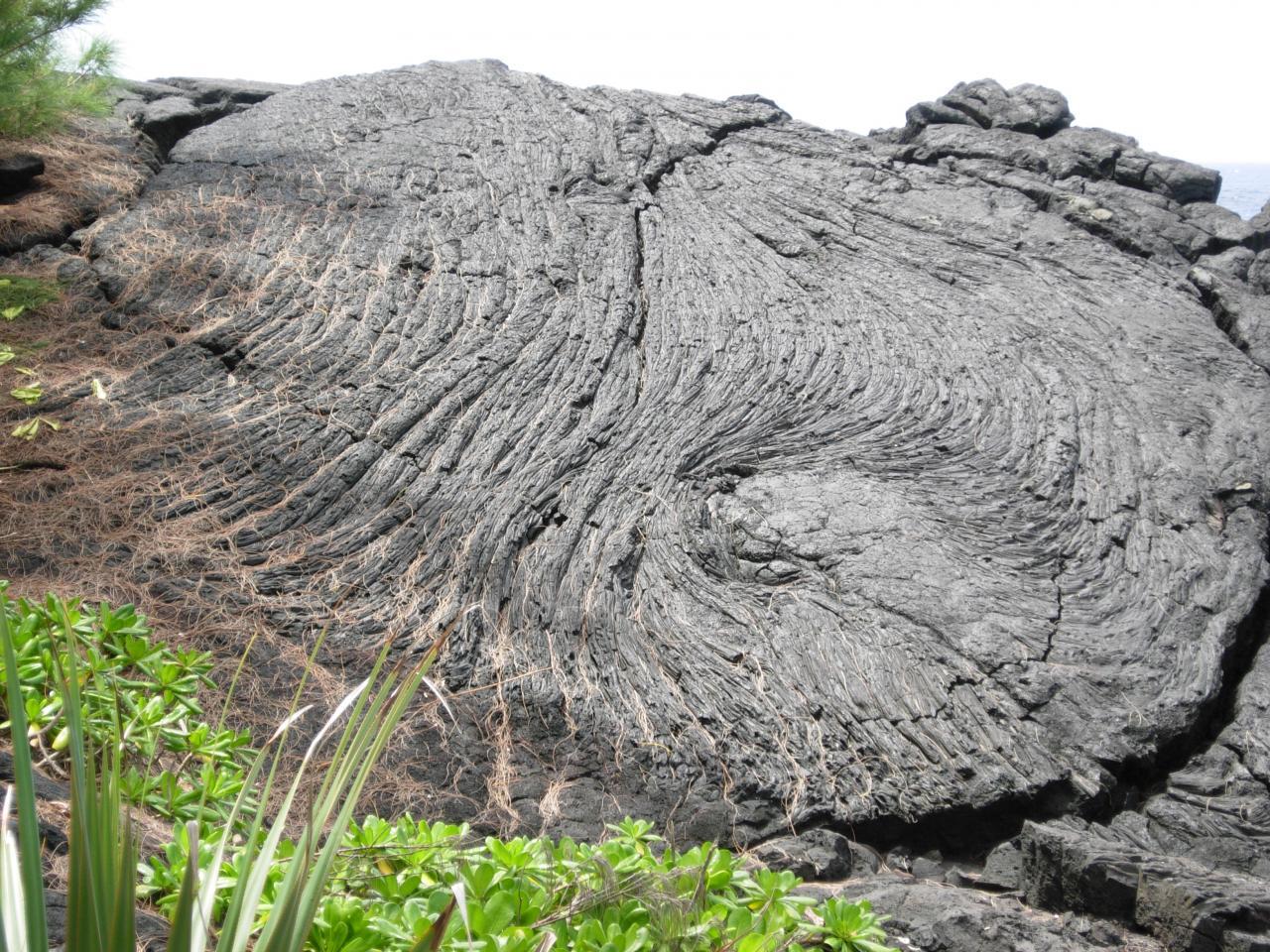 Grois plan sur une coulée de lave Pahoehoe cordée.