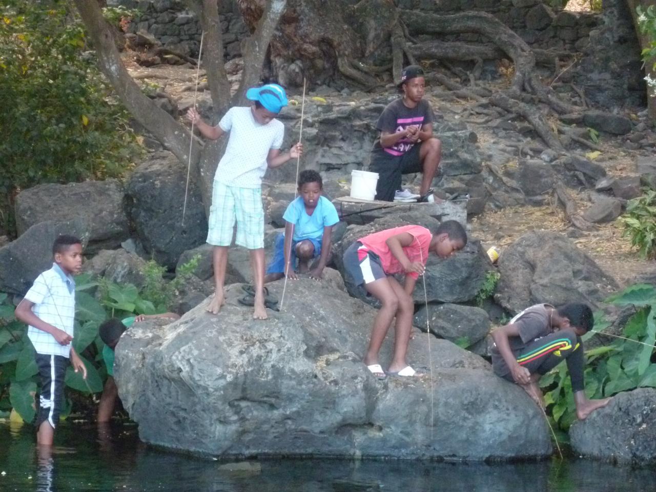 Enfants pêchant étang St Paul.